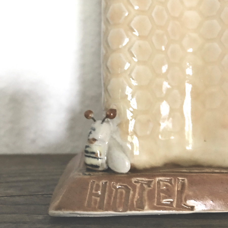 gelbe-vase-bienen-hotel-my-deer-illustrated-ceramics